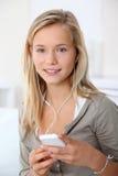 Tiener die mobiele telefoon met behulp van stock afbeelding