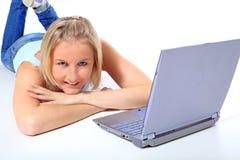 Tiener die naast laptop ligt Royalty-vrije Stock Afbeeldingen