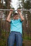 Tiener die oefening op een rekstok doen Royalty-vrije Stock Fotografie