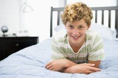 Tiener die op Bed ligt royalty-vrije stock afbeelding