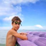 Tiener die op luchtmatras drijven royalty-vrije stock fotografie