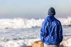 Tiener die op Oceaangolven letten Stock Afbeelding