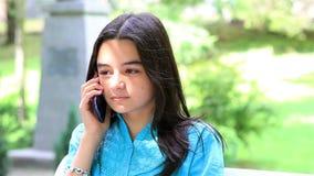 Tiener die op smartphone spreken stock footage