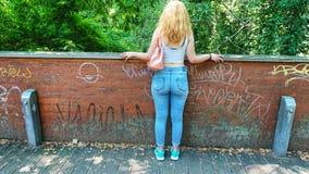 Tiener die over een brug kijken royalty-vrije stock fotografie