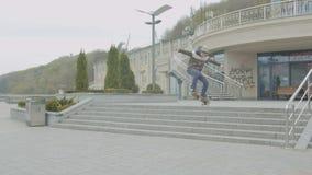 Tiener die skateboard ollie over treden doen stock footage