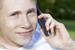 Tiener die in smartphone spreken stock foto's