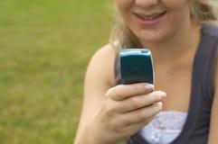 Tiener die sms verzendt Royalty-vrije Stock Afbeelding