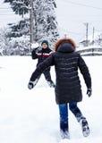 Tiener die sneeuwballen werpen Stock Fotografie