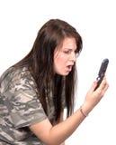 Tiener die telefonisch met afschuw wordt vervuld stock foto