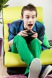 Tiener die terwijl het spelen van videospelletje gillen Stock Fotografie