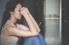 Tiener die van het depressie de jonge meisje probleem voelen hebben misbruikt die aan zitting alleen in de donkere ruimte, Huisel stock afbeeldingen
