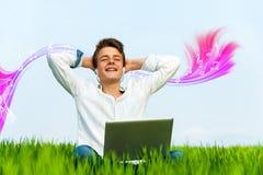 Tiener die van muziek met gesloten ogen genieten. Stock Afbeeldingen