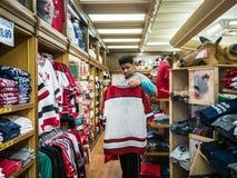 Tiener die voor herinneringen in Victoria winkelen, BC Royalty-vrije Stock Foto