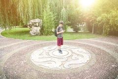 Tiener die zich op een Chinees ornament bevinden Stock Afbeeldingen
