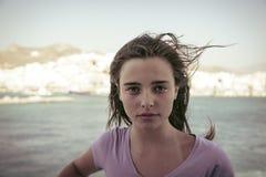 Tiener die zich op een schip bevinden Stock Fotografie