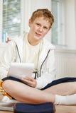 Tiener die zijn thuiswerk doet Stock Foto's