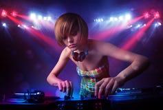 Tiener DJ die verslagen voor een menigte op stadium mengen Royalty-vrije Stock Foto's