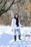 tiener dragende slee Stock Foto's