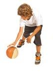 Tiener druppelend basketbal Stock Foto's