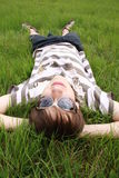 Tiener in een gras Stock Foto's