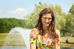 Tiener in een park royalty-vrije stock afbeelding