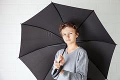 Tiener en een zwarte paraplu Royalty-vrije Stock Afbeeldingen