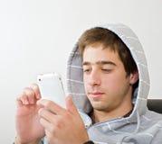 Tiener en iphone Stock Foto's