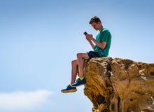 Tiener en iPhone in openlucht royalty-vrije stock fotografie