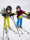 Tiener en jongens het ski?en stock afbeelding
