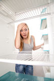 Tiener en lege koelkast Royalty-vrije Stock Afbeelding