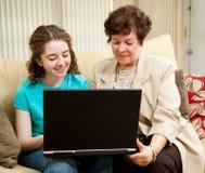 Tiener en Mamma die online winkelen Stock Fotografie