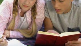 Tiener en meisje die thuiswerk samen, zenuwachtig over moeilijke taak doen stock video