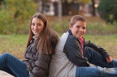 Tiener en meisje die van elke anderen genieten bedrijf Royalty-vrije Stock Foto's