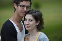 Tiener en meisje samen in park Royalty-vrije Stock Fotografie