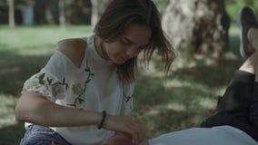 Tiener en mens die in het park rusten stock video