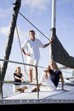 Tiener en ouders op zeilboot bij dok stock foto's