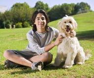 Tiener en zijn hond Stock Foto's