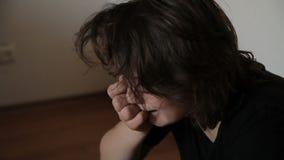 Tiener geestelijk verstoord schreeuwen stock video
