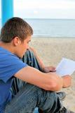 Tiener gelezen document openlucht Royalty-vrije Stock Afbeeldingen