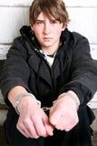 Tiener in handcuffs royalty-vrije stock afbeelding