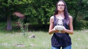 Tiener het controleren hommel met afstandsbediening in de zomer stock video