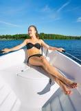Tiener het ontspannen op de boot Stock Afbeelding