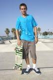 Tiener in het Park van het Skateboard Stock Afbeelding