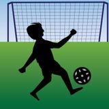 Tiener het praktizeren voetbal dichtbij de doelpaal Royalty-vrije Stock Fotografie