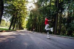 Tiener het rollerskating Stock Foto