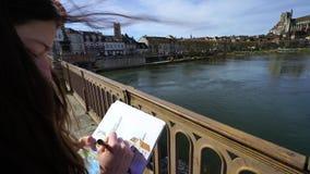 Tiener het schilderen op de straat door tellers, Auxerre stock videobeelden