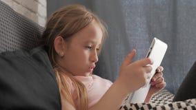 Tiener het spelen op tabletpc die op een bank thuis rusten Mensen, technologie en vrije tijdsconcept stock videobeelden