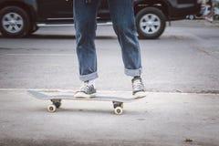 Tiener het spelen skateboard op de straat royalty-vrije stock foto