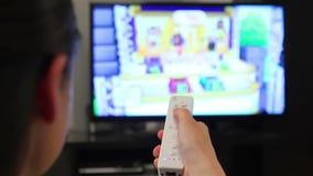 Tiener het spelen videospelletjes op slimme TV stock video
