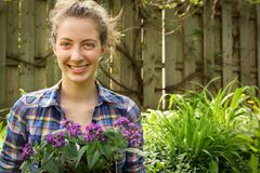 Tiener het tuinieren stock afbeeldingen